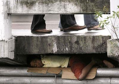 Niño durmiendo debajo del asfalto